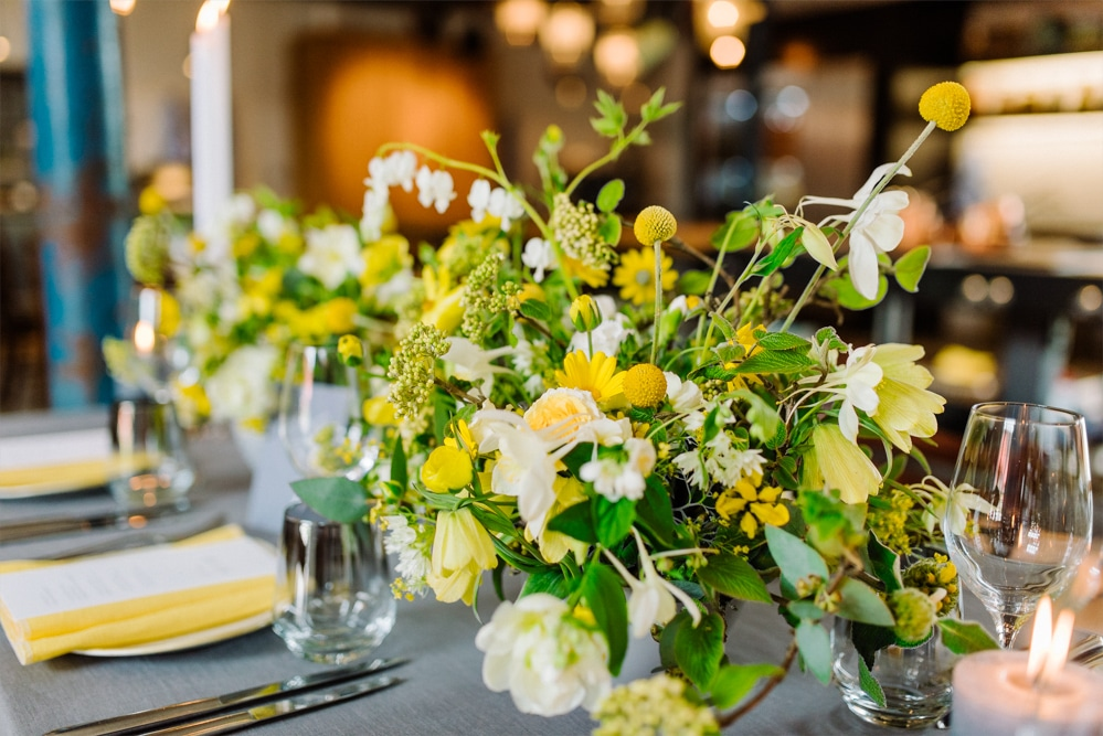 (10)Hochzeit_wedding_inspiration_flowers_blumen_gut_sonnenhausen_Kitty_Fried_Photography_Kochstall_yellow_gelb_grey_grau