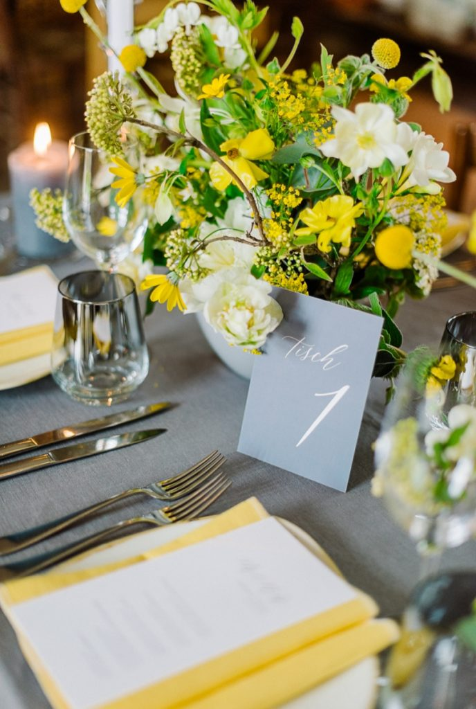 (11)Hochzeit_wedding_inspiration_flowers_blumen_gut_sonnenhausen_Kitty_Fried_Photography_Kochstall_yellow_gelb_grey_grau