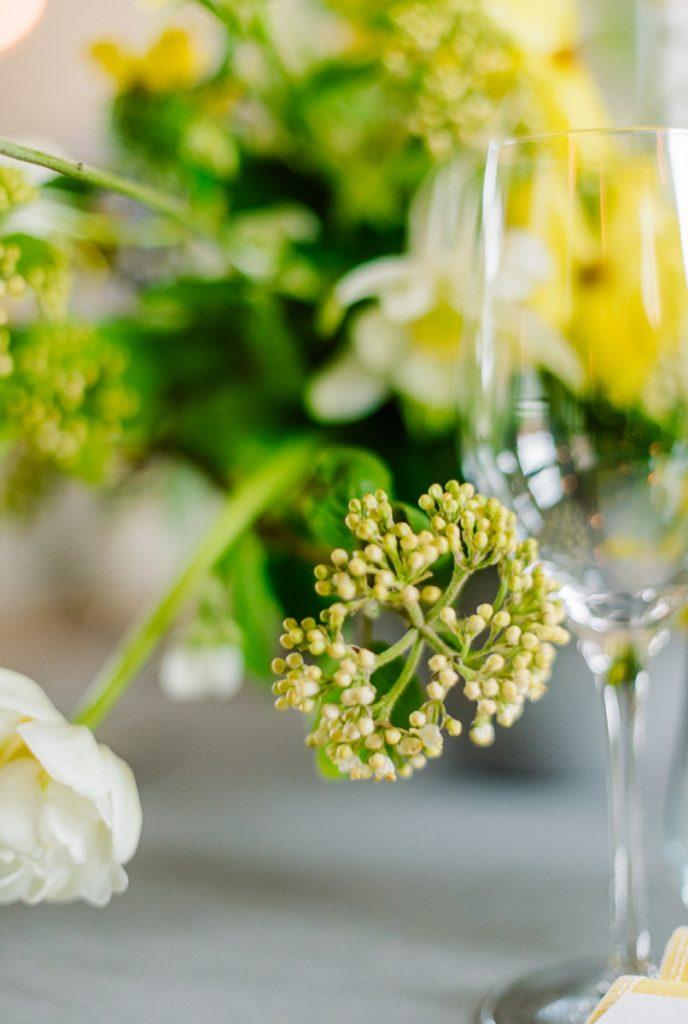 (13)Hochzeit_wedding_inspiration_flowers_blumen_gut_sonnenhausen_Kitty_Fried_Photography_Kochstall_yellow_gelb_grey_grau