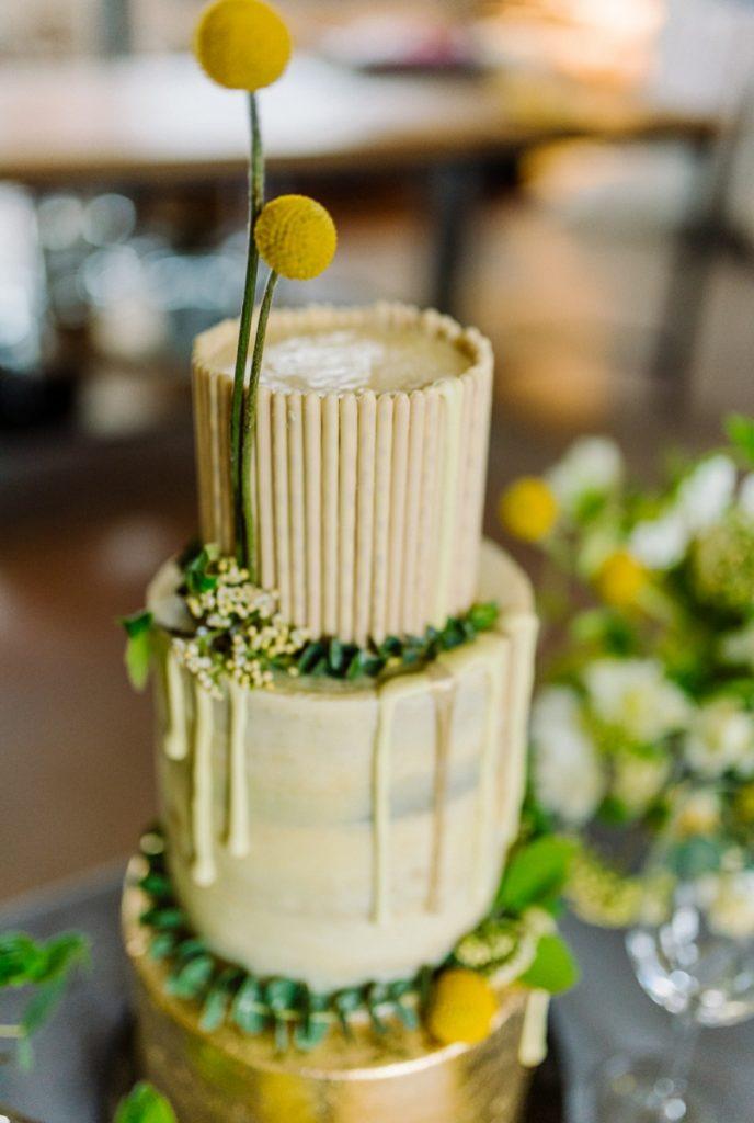 (14)Hochzeit_wedding_inspiration_flowers_blumen_gut_sonnenhausen_Kitty_Fried_Photography_Kochstall_yellow_gelb_grey_grau