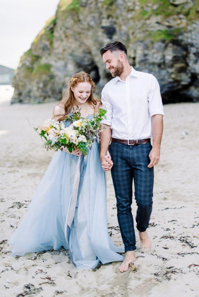 (14)_Elopement_Cornwall_heiraten_Ausland_blaues_brautkleid_blue_wedding_dress_individual_intimate_hochzeit
