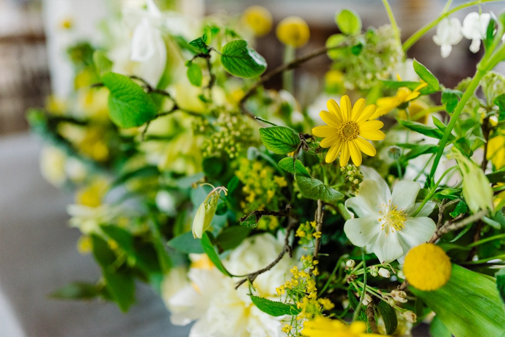 (15)Hochzeit_wedding_inspiration_flowers_blumen_gut_sonnenhausen_Kitty_Fried_Photography_Kochstall_yellow_gelb_grey_grau
