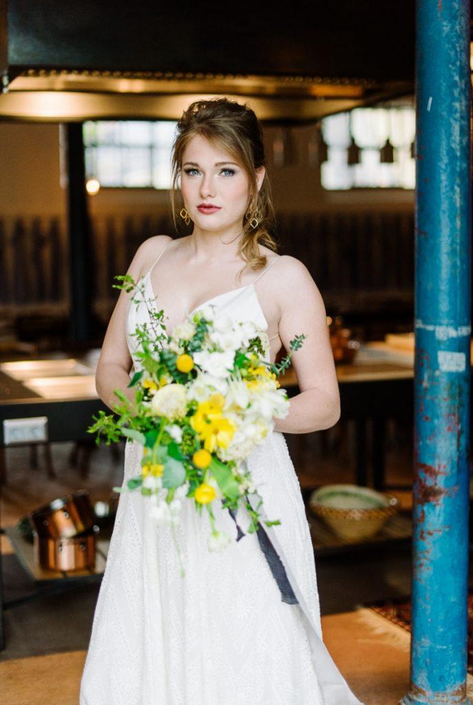 (16)Hochzeit_wedding_inspiration_flowers_blumen_gut_sonnenhausen_Kitty_Fried_Photography_Kochstall_yellow_gelb_grey_grau