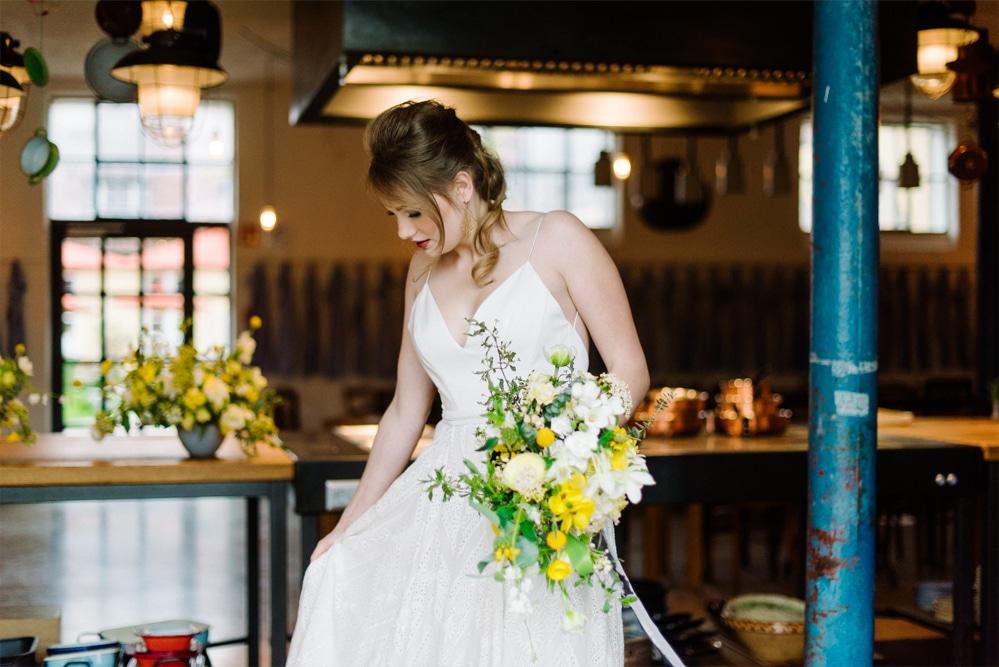(17)Hochzeit_wedding_inspiration_flowers_blumen_gut_sonnenhausen_Kitty_Fried_Photography_Kochstall_yellow_gelb_grey_grau