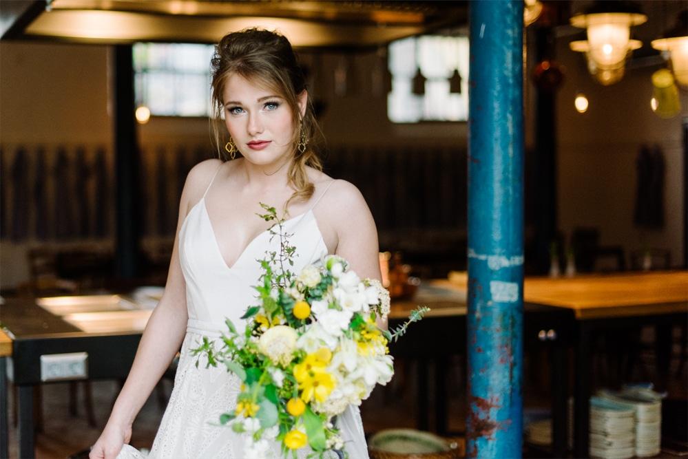 (18)Hochzeit_wedding_inspiration_flowers_blumen_gut_sonnenhausen_Kitty_Fried_Photography_Kochstall_yellow_gelb_grey_grau
