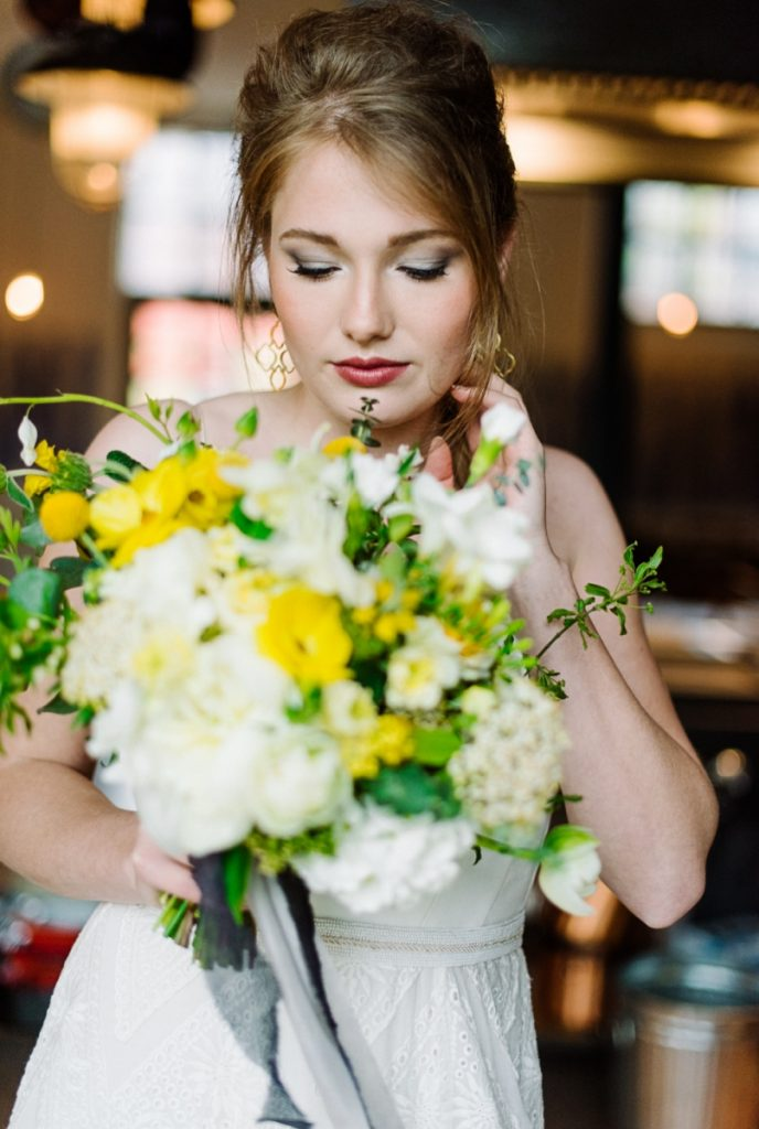 (19)Hochzeit_wedding_inspiration_flowers_blumen_gut_sonnenhausen_Kitty_Fried_Photography_Kochstall_yellow_gelb_grey_grau