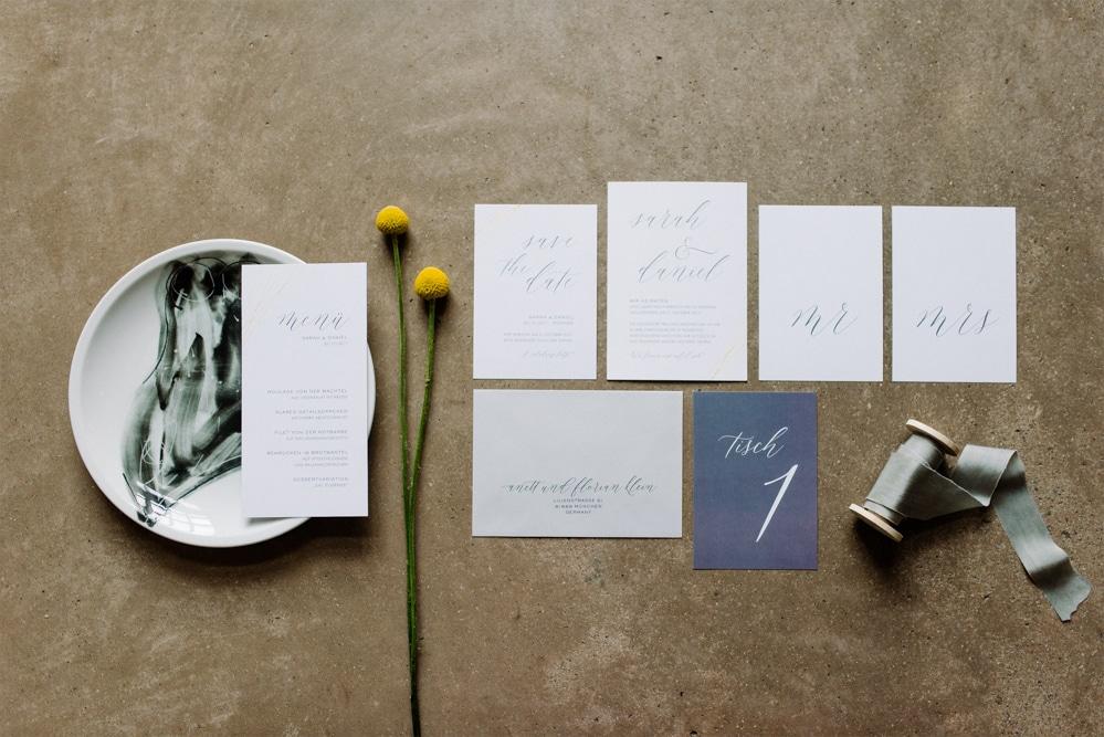 (1)Hochzeit_wedding_inspiration_flowers_blumen_gut_sonnenhausen_Kitty_Fried_Photography_Kochstall_yellow_gelb_grey_grau