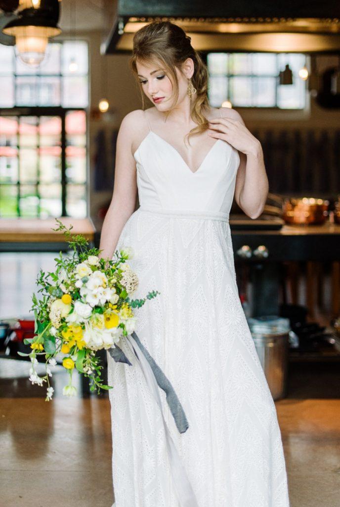 (20)Hochzeit_wedding_inspiration_flowers_blumen_gut_sonnenhausen_Kitty_Fried_Photography_Kochstall_yellow_gelb_grey_grau