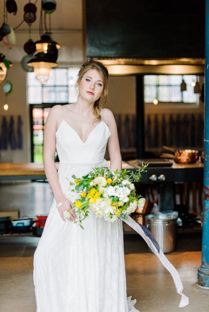 (21)Hochzeit_wedding_inspiration_flowers_blumen_gut_sonnenhausen_Kitty_Fried_Photography_Kochstall_yellow_gelb_grey_grau