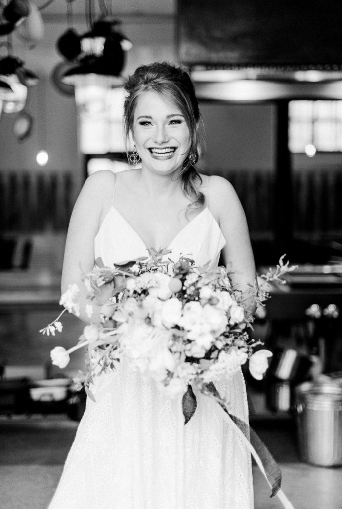(22)Hochzeit_wedding_inspiration_flowers_blumen_gut_sonnenhausen_Kitty_Fried_Photography_Kochstall_yellow_gelb_grey_grau
