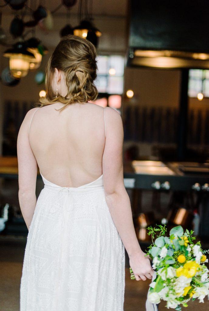 (23)Hochzeit_wedding_inspiration_flowers_blumen_gut_sonnenhausen_Kitty_Fried_Photography_Kochstall_yellow_gelb_grey_grau