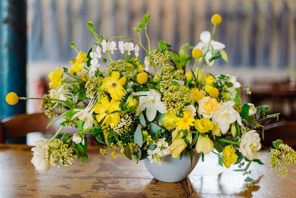 (24)Hochzeit_wedding_inspiration_flowers_blumen_gut_sonnenhausen_Kitty_Fried_Photography_Kochstall_yellow_gelb_grey_grau