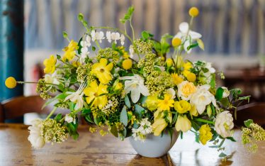 (24)Hochzeit_wedding_inspiration_flowers_blumen_gut_sonnenhausen_Kitty_Fried_Photography_Kochstall_yellow_gelb_grey_grau