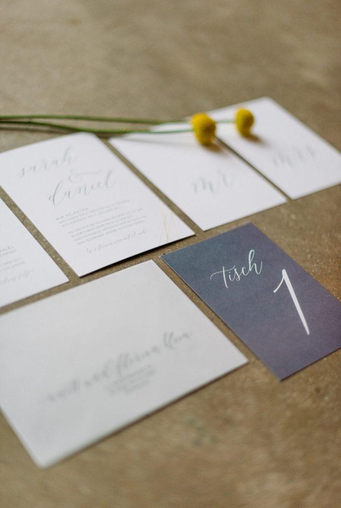 (4)Hochzeit_wedding_inspiration_flowers_blumen_gut_sonnenhausen_Kitty_Fried_Photography_Kochstall_yellow_gelb_grey_grau