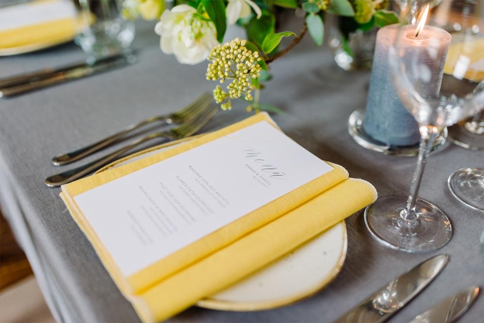 (8)Hochzeit_wedding_inspiration_flowers_blumen_gut_sonnenhausen_Kitty_Fried_Photography_Kochstall_yellow_gelb_grey_grau