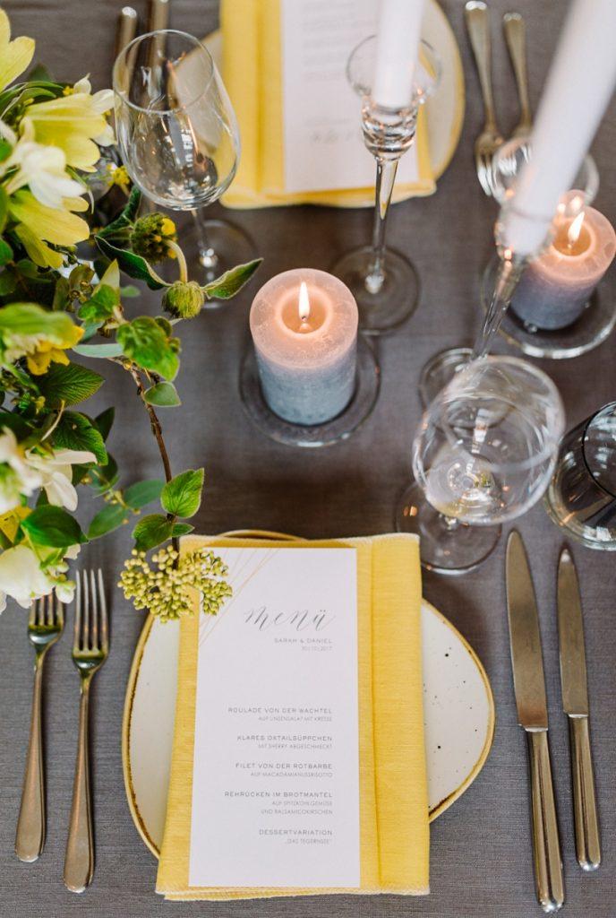 (9)Hochzeit_wedding_inspiration_flowers_blumen_gut_sonnenhausen_Kitty_Fried_Photography_Kochstall_yellow_gelb_grey_grau